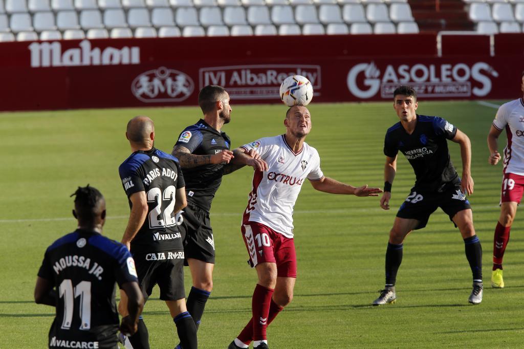 Zozulia intenta controlar el balón con la cabeza rodeado por rivales