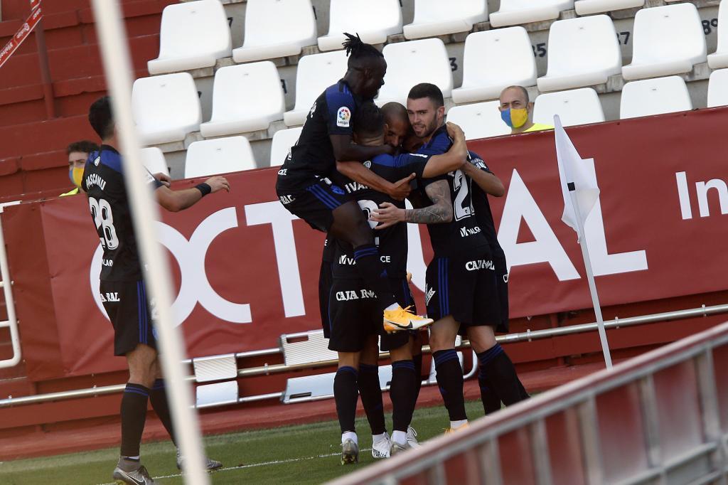 Los jugadores de la Ponferradina celebran el primer gol de Yuri