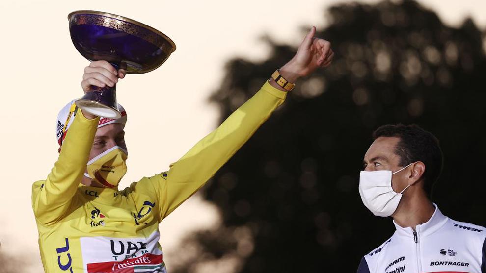 Tadej Pogacar en el podio de París junto a Richie Porte