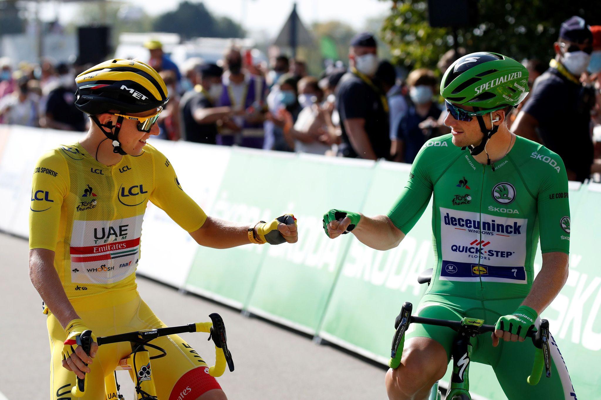 -FOTODELDÍA- EA7946. MANTES LA JOLIE (FRANCIA), 20/09/2020.- El ciclista esloveno Tadej lt;HIT gt;Pogacar lt;/HIT gt; (i), ataviado con el maillot amarillo de líder de la general, saluda al irlandés Sam Bennett, que luce el maillot verde de mejor esprinter, antes de la vigésimo primera etapa del Tour de Francia, de 122 kilómetros entre las localidades de Mantes la Jolie y París, este domingo. EFE/ Sebastien Nogier