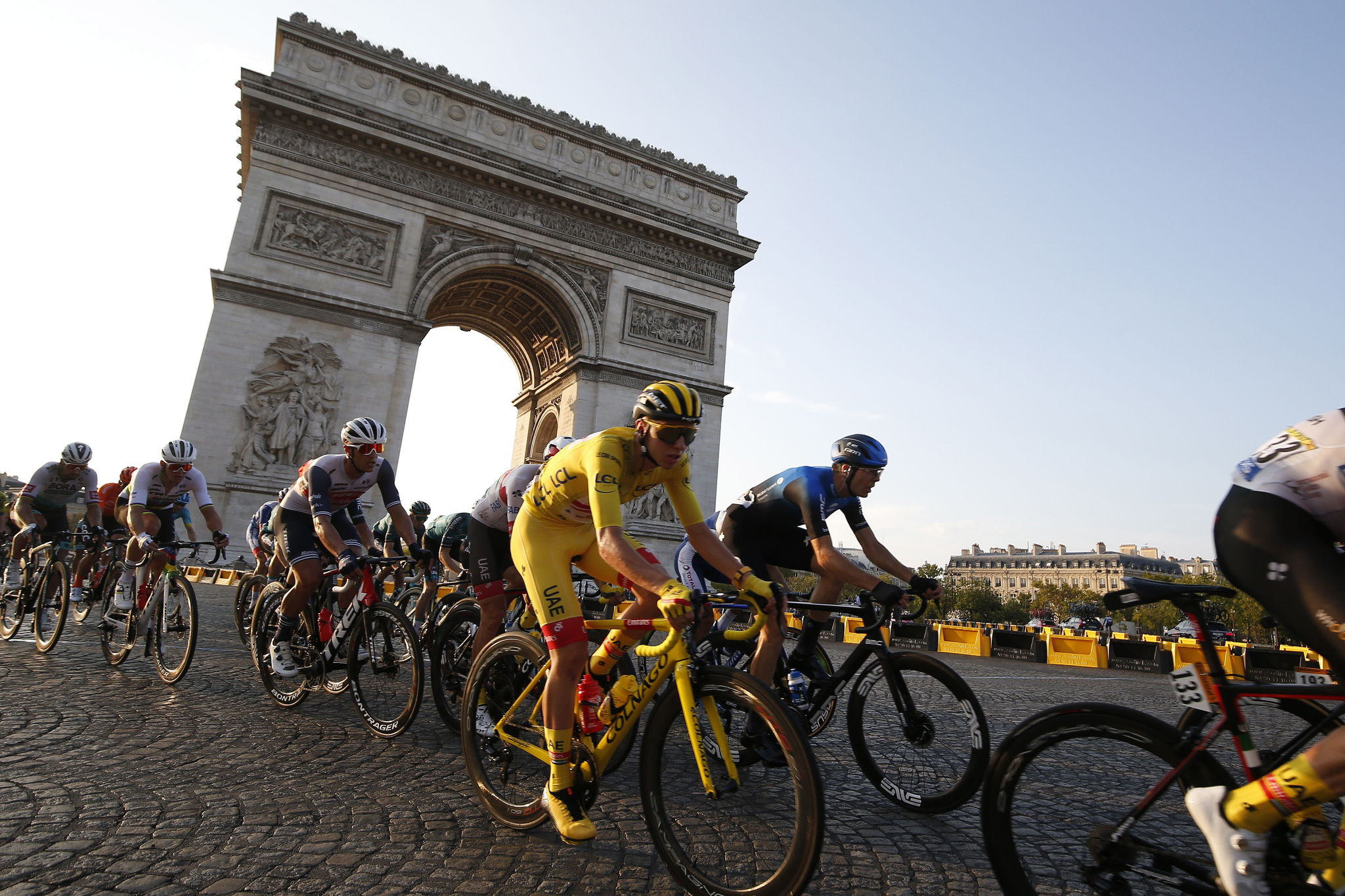 Paris (France), 20/09/2020.- Slovenian rider Tadej lt;HIT gt;Pogacar lt;/HIT gt; (C) of UAE-Team Emirates wearing the overall leaders yellow jersey in action with the peloton on the Champs Elysees avenue during the 21st stage of the Tour de France cycling race over 122 km from Mantes la Jolie to Paris, France, 20 September 2020. (Ciclismo, Francia, Eslovenia) EFE/EPA/SEBASTIEN NOGIER