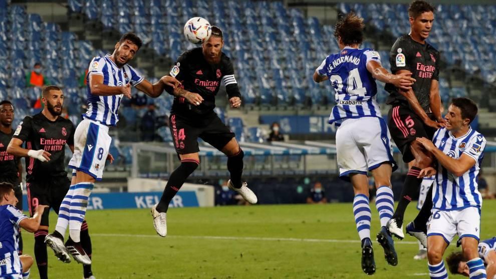 Sergio Ramos cabecea un córner en una ocasión del Real Madrid en San...
