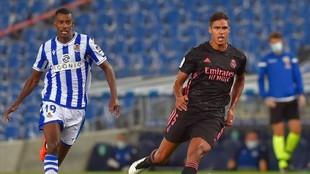 Varane se lleva un balón ante Isak en el partido en Anoeta.