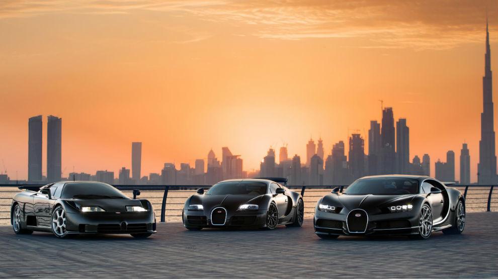 Los Bugatti EB110, Veyron y Chiron con el 'skyline' de Dubai de fondo.