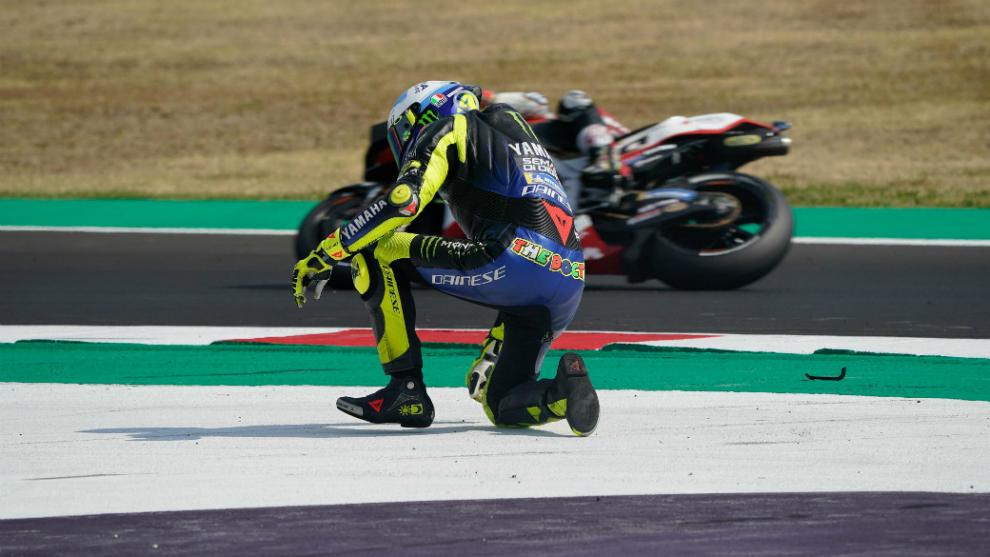 Rossi se incorpora tras caerse en el GP de Emilia Romagna.
