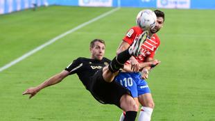 Lejeune despejando un balón en el partido Granada-Alavés
