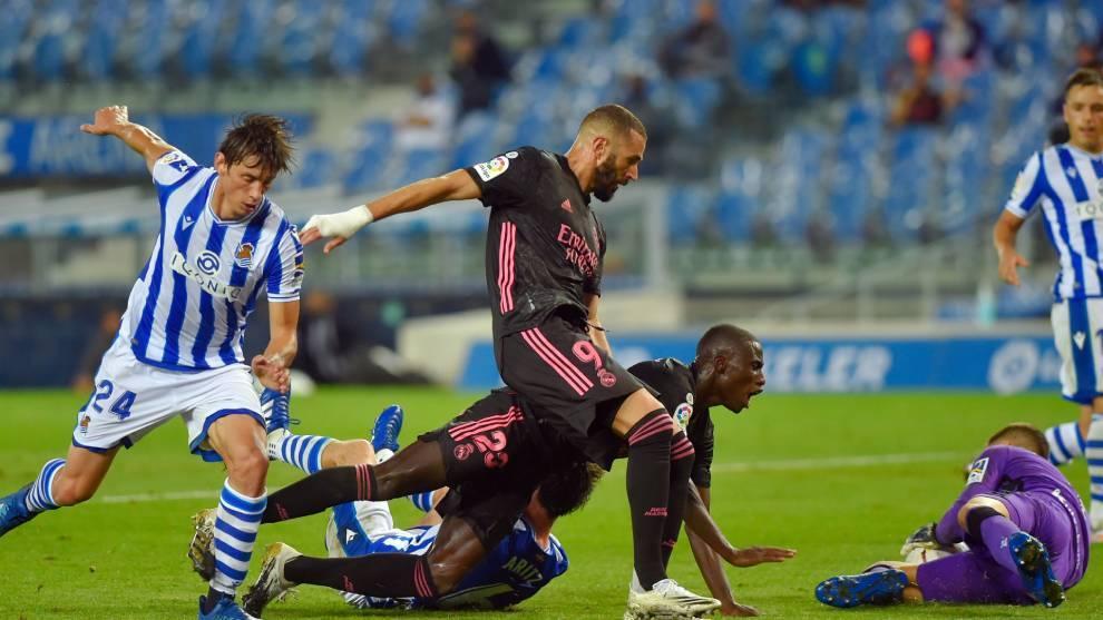 Benzema no logra batir a Remiro durante el partido ante la Real...