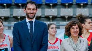 Jorge Garbajosa, presidente de la FEB, junto a Irene Lozano,...
