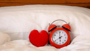 ¿Dormir mucho o poco? Así afecta a tu corazón