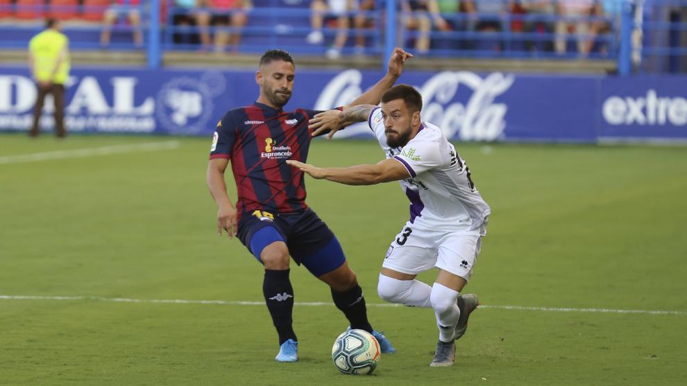 Kike Márquez y Héctor Hernández en un partido entre Extremadura y...