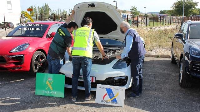 Tres agentes inspeccionan un Porsche Panamera.