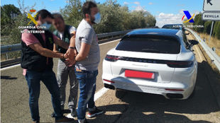 Dos agentes detienen al conductor de un Porsche Panamera de color...