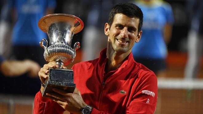 Novak Djokovic con su trofeo del Masters 1.000 de Roma.