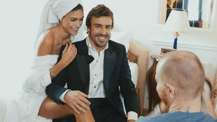 Alonso, junto a su novia Linda Morselli, durante un momento del...