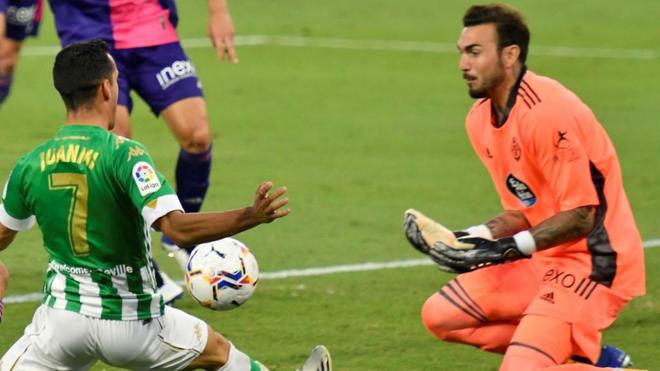 El guardameta del Valladolid, Roberto (d), intenta detener el balón...