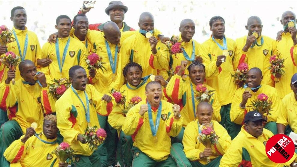Los jugadores de Camerún posan con las medallas conquistadas en los...