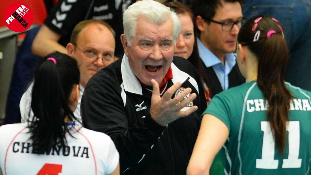 Nikolay Karpol, dando instrucciones a sus jugadoras.