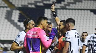 Talavera en discusión con el árbitro César Arturo Ramos