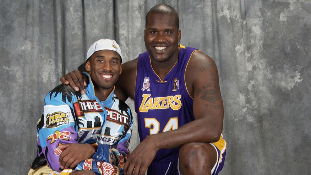 Kobe Bryant y Shaquille O'Neal posan con uno de los títulos ganados...