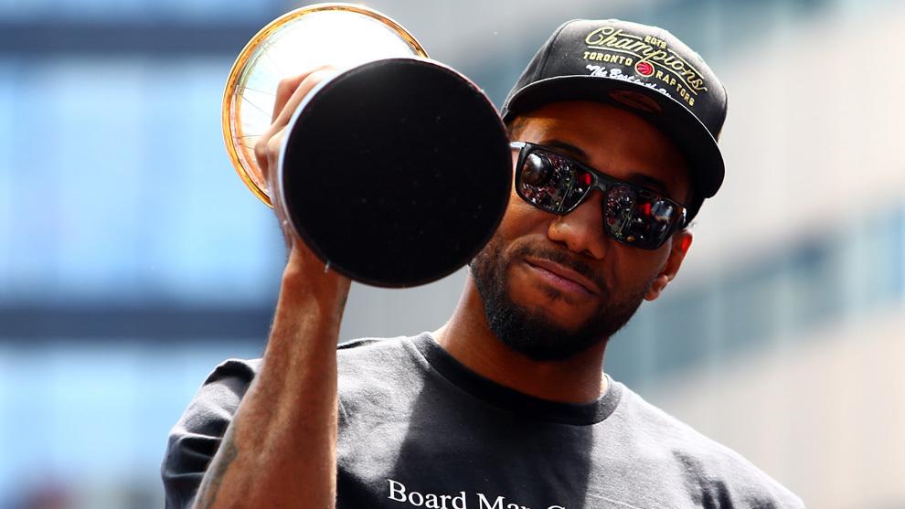 Kawhi Leonard con el trofeo de MVP de las Finales 2019