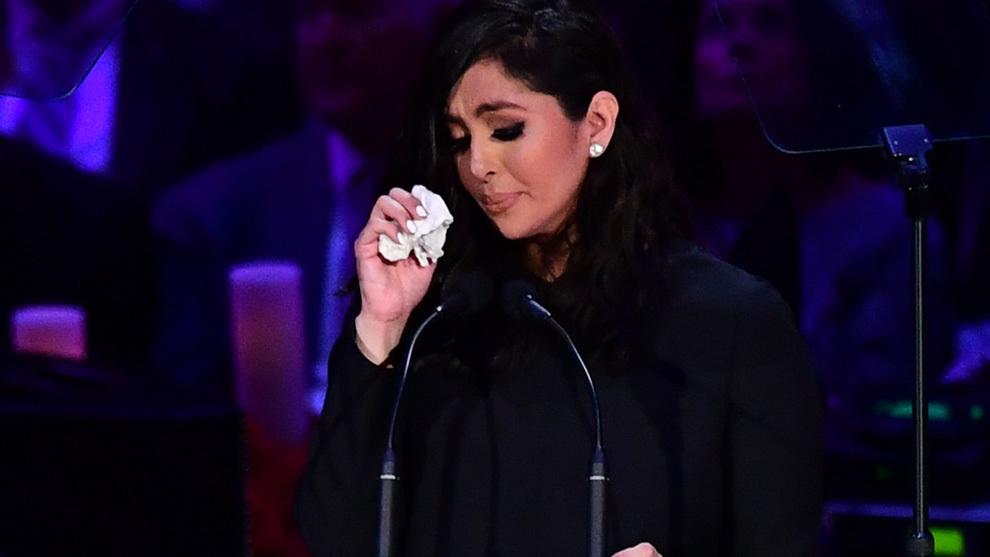 Vanessa Bryant llora en el memorial por su marido y su hija