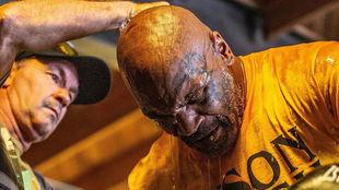Mike Tyson, junto a Rafael Corderio, toma aire.
