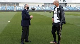Florentino Pérez y Zinedine Zidane charlan antes de un entrenamiento...
