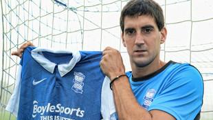 Mikel San José posa con la camiseta del Birmingham City.