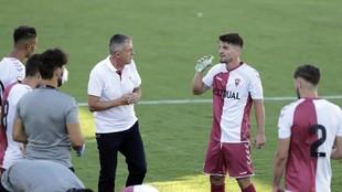 Lucas Alcaraz, entrenador del Albacete Balompié, da instrucciones a...
