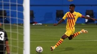 Nelson Semedo se dispone a rematar a portería durante un partido.