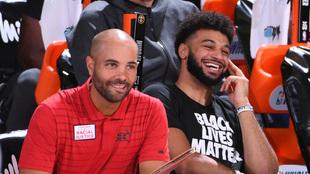 Jordi Fernández en el banquillo de los Nuggets con Jamal Murray