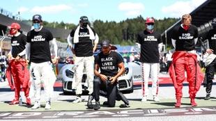 Los pilotos, en su protesta contra el racismo.