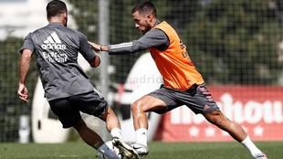 Hazard, en un entrenamiento en Valdebebas junto a Carvajal.
