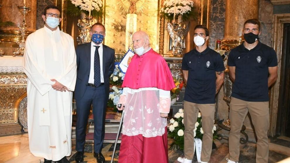 Los capitanes Zapater y Ros junto a Lapetra en la Basílica del Pilar