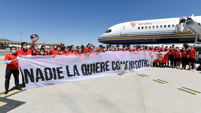 El Sevilla, a su llegada a la capital andaluza con el sexto título.