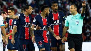 Di María, Neymar y Kimpembe, con el árbitro del PSG-Marsella.