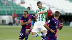 Guido Rodríguez (26) despeja el balón ante Nacho (31) en un...