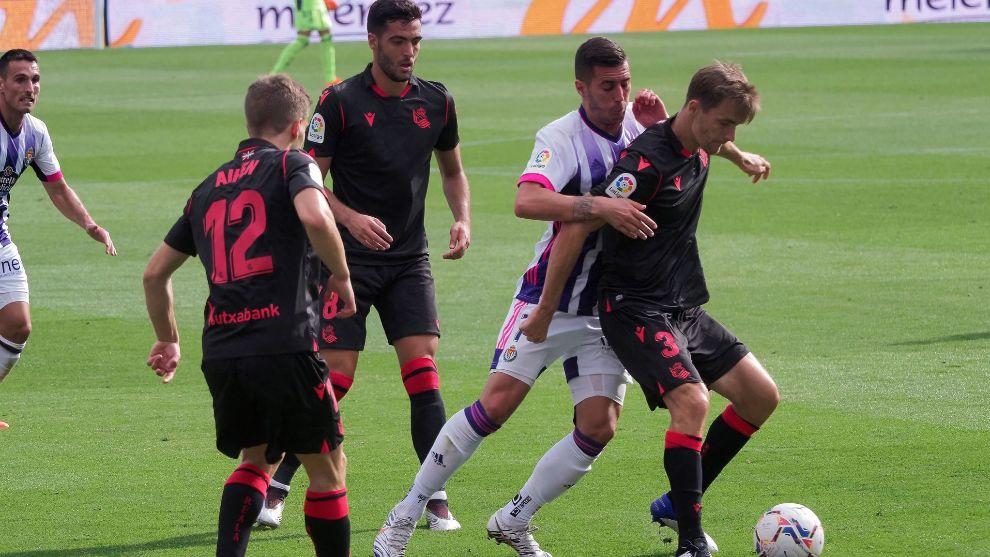Diego Llorente protege el balón, en su último partido con la Real,...