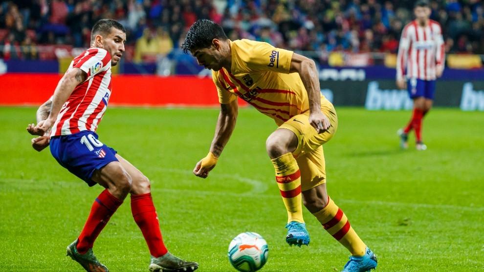 Luis Suárez, en un partido contra el Atlético, con Morata al fondo.