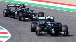 Lewis Hamilton y Valtteri Bottas en sus Mercedes.