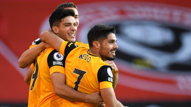 Raúl Jiménez festejando un gol del Wolverhampton con Pedro Neto.