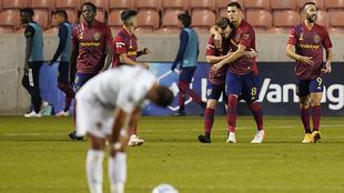 El Chicharito listo para reanudar el partido tras recibir un gol