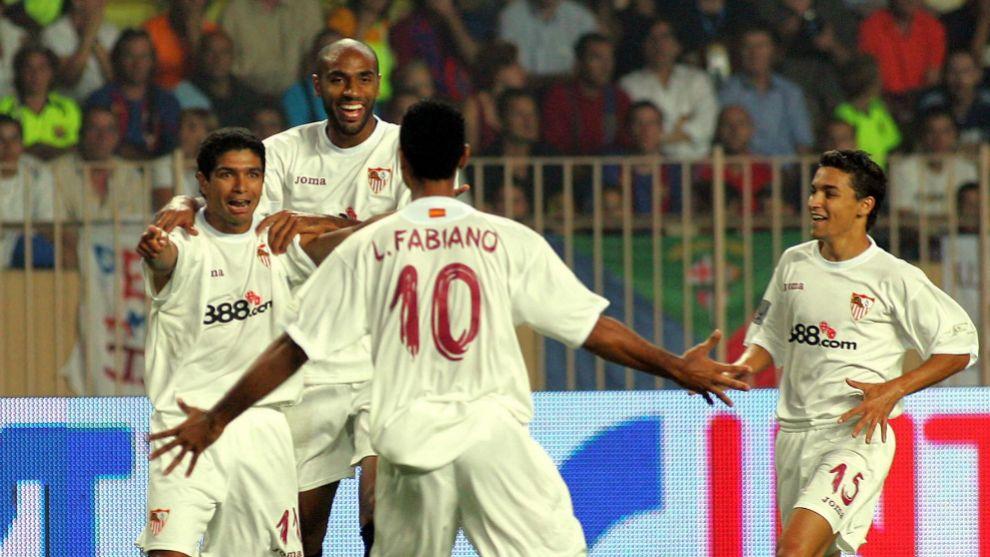 Renato, Kanouté, Luis Fabiano y Navas celebran un gol del Sevilla en la Supercopa.