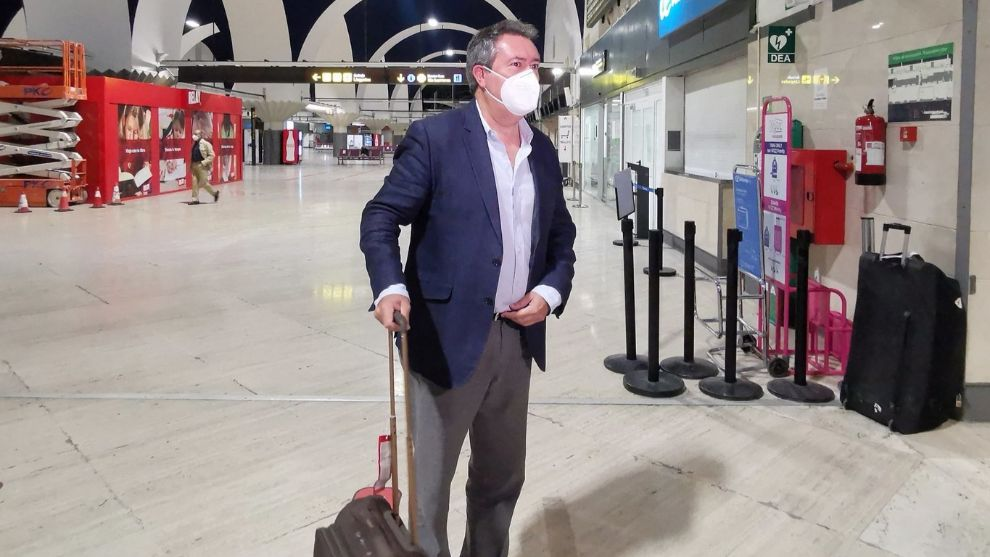 Juan Espadas (53), alcalde de Sevilla, en el aeropuerto de San Pablo.