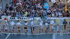Un grupo de manifestantes le pide a Federer que despierte