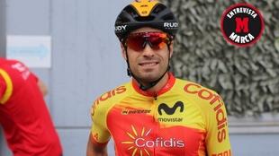 Mikel Landa posa para la cámara en Imola con el maillot de la...
