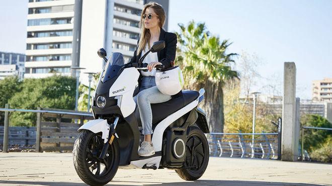 Una joven conduce el modelo eléctrico Silence S01.