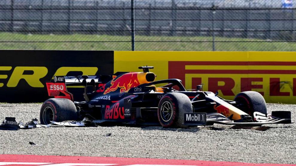 El Red Bull de Max Verstappen, tras su avería y posterior accidente...
