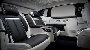 El espacio extra permite que los asientos se reclinen como los de la...