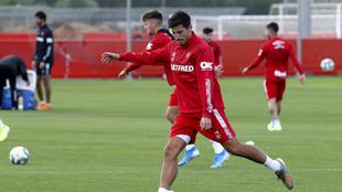 Pablo Chavarría en un entrenamiento con el RCD Mallorca